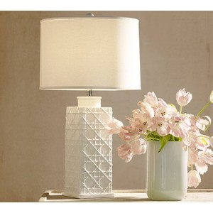 Lattice design on a white ceramic lamp, simple and elegant.